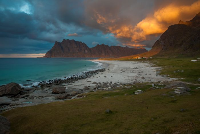 https://upload.wikimedia.org/wikipedia/commons/0/07/Utakleiv_beach_Lofoten_tunliweb_01.jpg